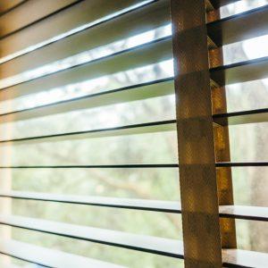 ŻALUZJE DREWNIANE I BAMBUSOWE Producent żaluzji drewnianych i bambusowych 25mm 50mm 65mm 70mm, Żaluzje drewniane elektryczne, żalzuje drewniane białe 28