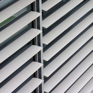 SUNBREAKER ŁAMACZE ŚWIATŁA Żaluzje zewnętrzne aluminiowe, łamacze światła. Producent sunbreaker łamaczy światła. Żaluzje biurowe fasadowe 2