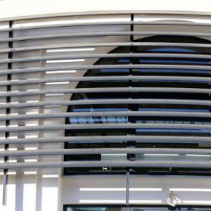 SUNBREAKER ŁAMACZE ŚWIATŁA Żaluzje zewnętrzne aluminiowe, łamacze światła. Producent sunbreaker łamaczy światła. Żaluzje biurowe fasadowe 3