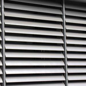 SUNBREAKER ŁAMACZE ŚWIATŁA Żaluzje zewnętrzne aluminiowe, łamacze światła. Producent sunbreaker łamaczy światła. Żaluzje biurowe fasadowe 4